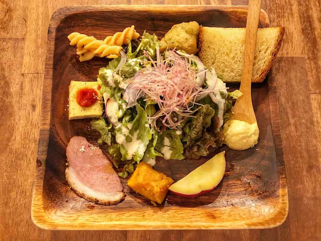 肥後橋駅近くのペッシェニトロのランチの前菜、サラダや鴨やキッシュ