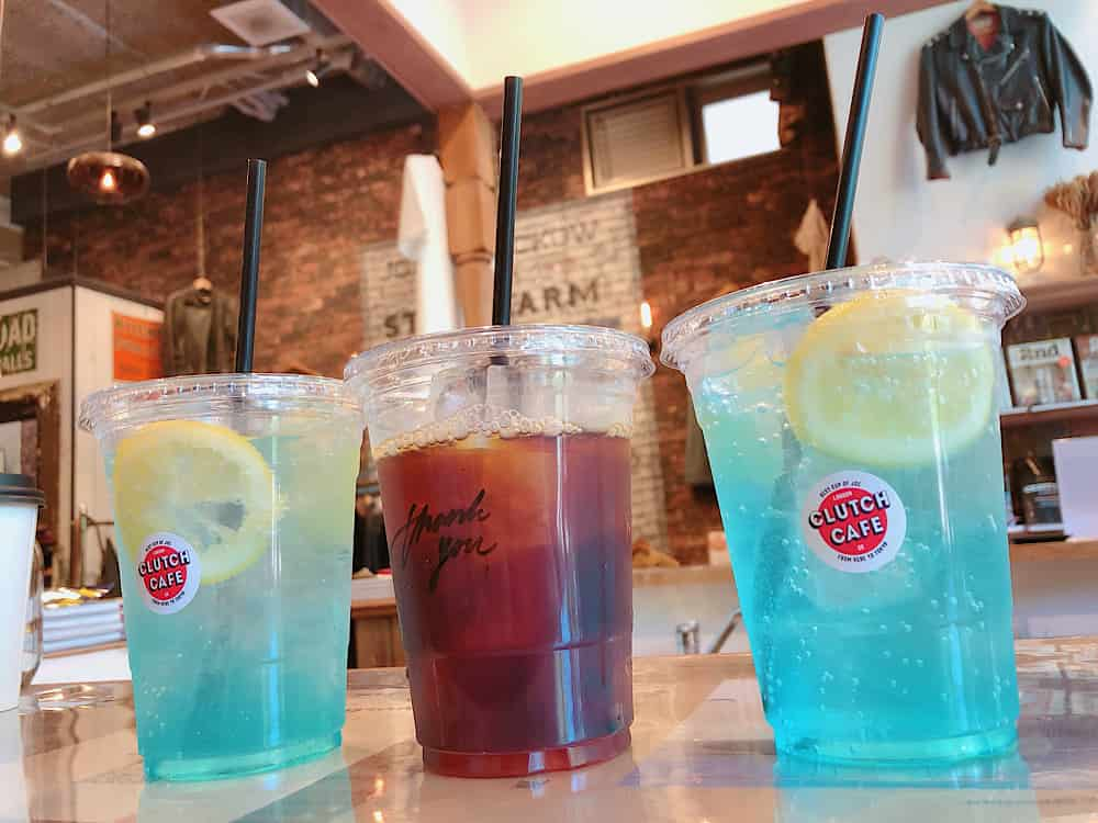 クラッチカフェ大阪のレモネードとアイスコーヒーが並んでいる2