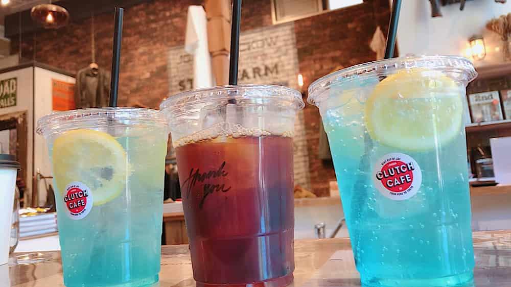クラッチカフェ大阪のレモネードとアイスコーヒーが並んでいる